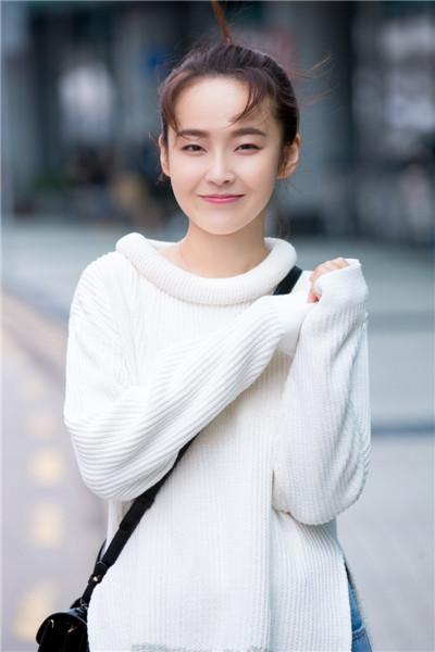 张佳宁盐甜切换多元百变 鲜明化私服穿搭极具个人魅力