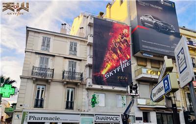 组委会使用吊车张贴《天火》海报,戛纳电影节氛围浓厚.jpg