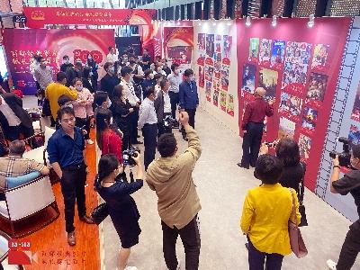 活动现场,人们驻足观看展出并写上对祖国的祝福寄语1_135723.jpg